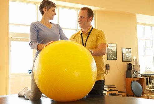 انجام فیزیوتراپی روش های درمان کمر درد روش های درمان کمر درد 980923 6